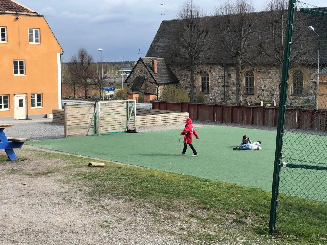 一所小学的学生们在上户外活动课,当地中小学仍在正常运行,没有停课。