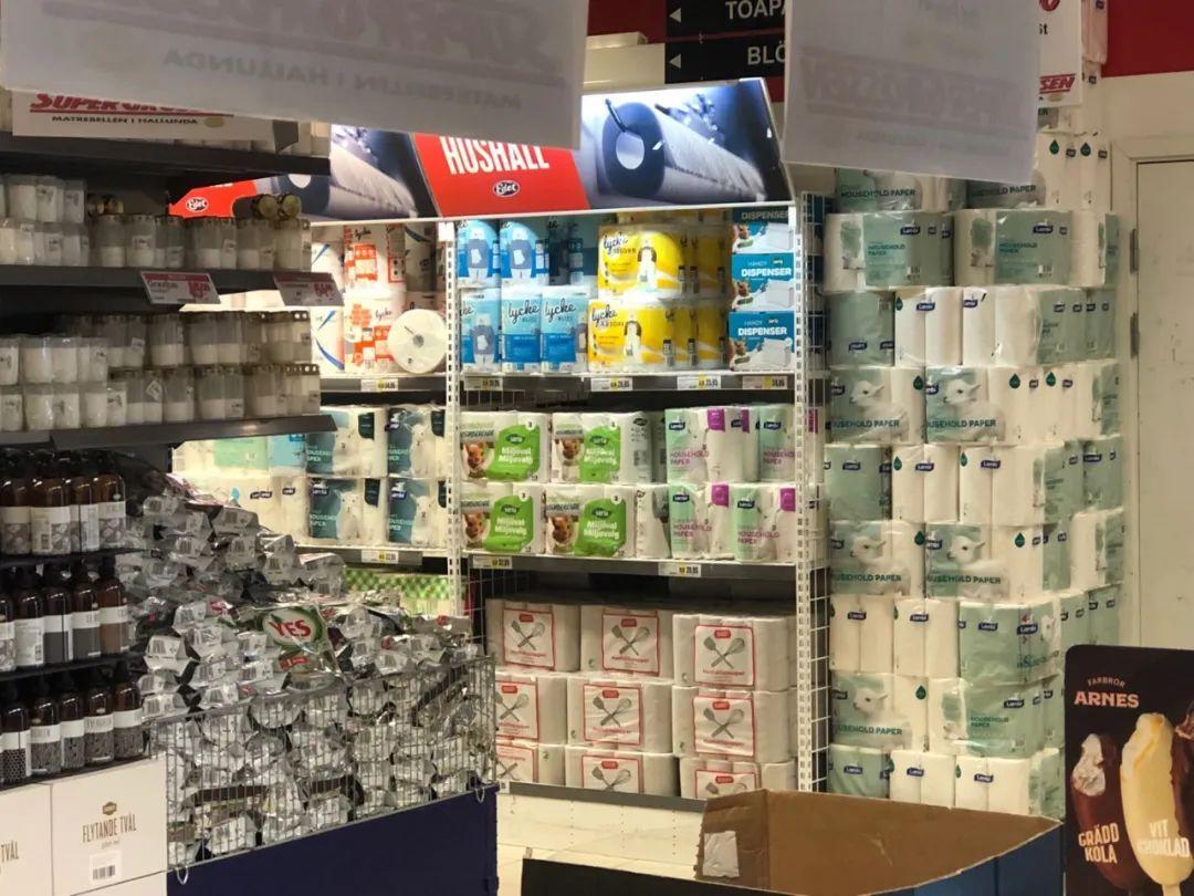 超市中堆积如山的卫生纸。