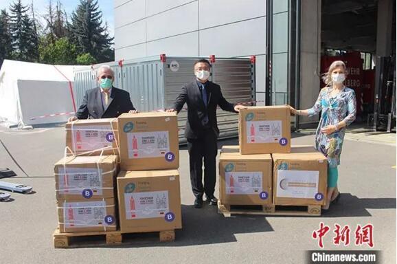 4月21日,托马斯·拉贝和海德堡市当局代表担当物资捐赠。 中新社发 德国海德堡市 供图