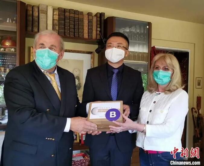 托马斯·拉贝配偶在海德堡担当中国驻德国大使馆物资捐赠。中新社发 中国驻德国大使馆 供图