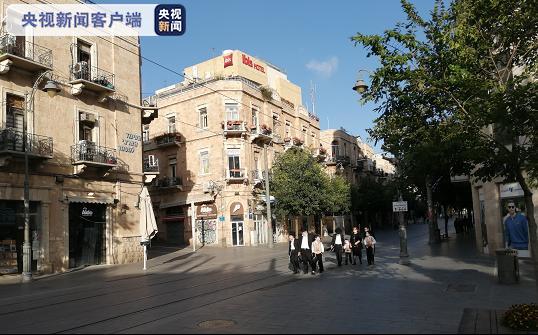 △戴口罩的正统犹太人家庭走在耶路撒冷市中心街头