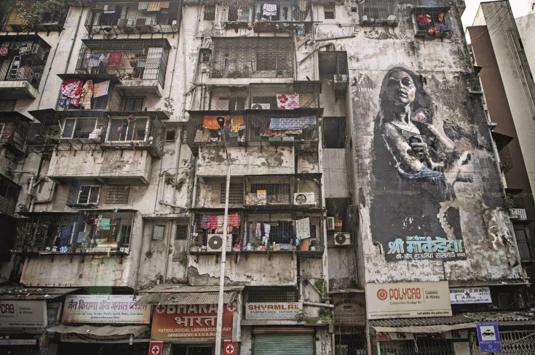 孟买街边的公寓楼,混凝土建筑已乌黑发霉,晦暗阴郁得像电影中的场景。
