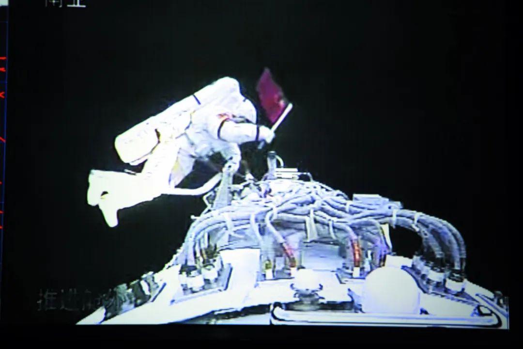 2008年9月25日至27日的神舟七号飞行任务中,担任飞船指令长的翟志刚正在进行出舱活动。资料图片