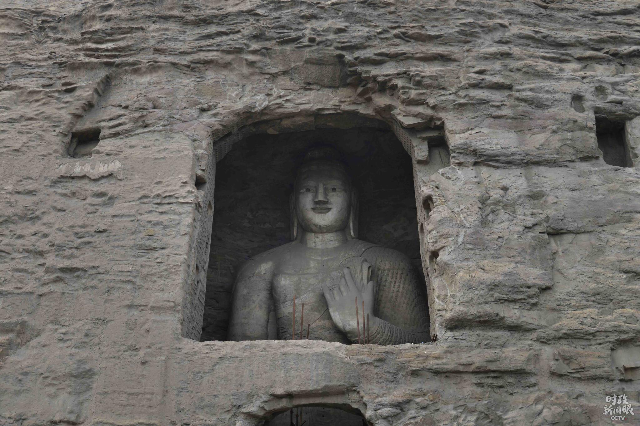 """△图为第16窟和18窟。第16-20窟是云冈最早开凿的一组洞窟,因系著名高僧昙曜主持营建,故称""""昙曜五窟""""。五个大窟的五尊大佛,分别象征着北魏的五个皇帝。"""