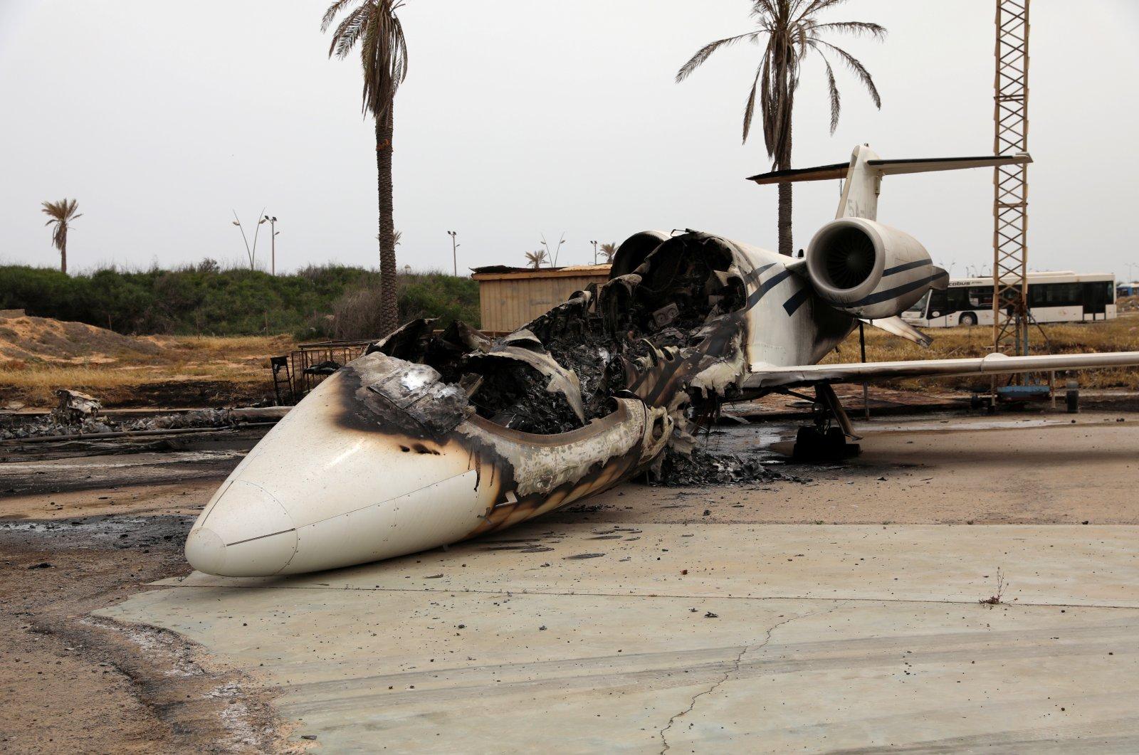 △2020年5月10日利比亚首都的黎波里米蒂加机场因炮击损毁的客机(图片来源:路透社)
