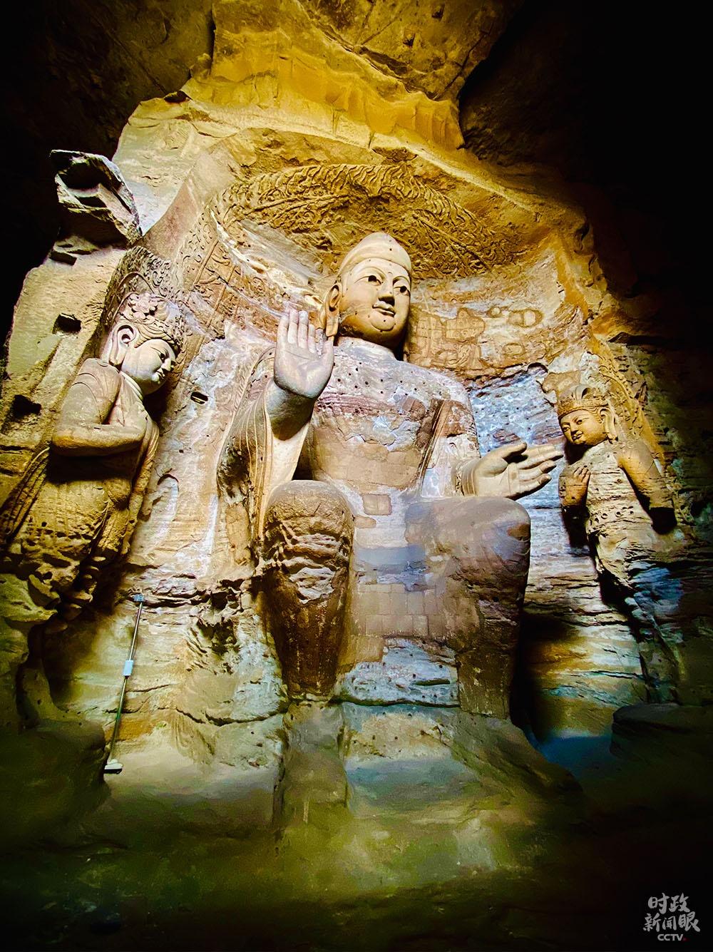 """△第3窟是云冈最大的洞窟,又名""""灵岩寺"""",属于中期石窟。主尊阿弥陀佛高10米。(总台央视记者李辉拍摄)"""