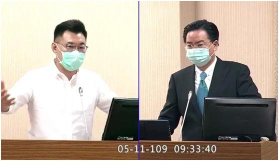 """吴钊燮(右)在台湾""""立法院""""担当质询(图片泉源:台湾《团结报》)"""