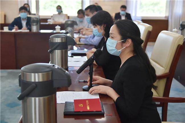 第六检察厅办案三组书记员邱中秀宣读《入党申请书》并连系自身事情生涯履历报告对党的熟悉。