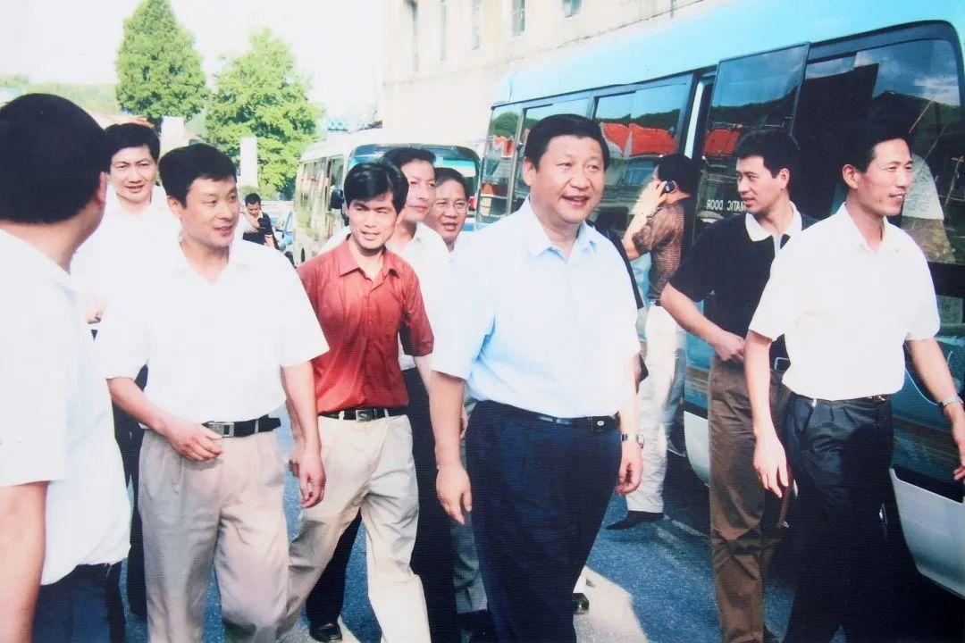 ↑2005年,到安吉县余村观察。(图片由安吉县委宣传部提供)