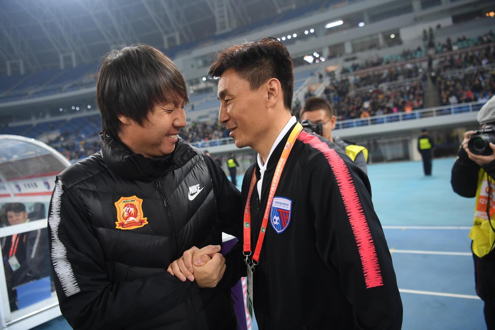 ↑ 上赛季联赛,李玮锋和李铁赛前寒暄