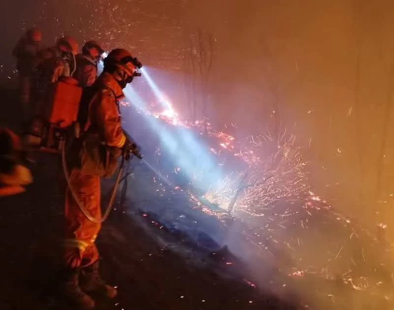 云南安宁发生森林火灾,消防员已奋战三天!这个细节把网友看哭了图片