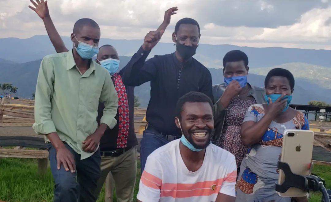 ▲5月14日,卢旺达咖啡农旁观直播录像,看到3000斤咖啡刹时卖光后欢呼。新华社发。