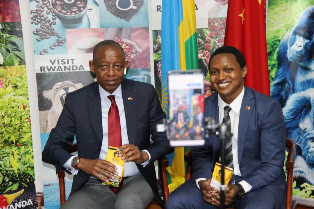 ▲5月14日,卢旺达驻华大使詹姆斯·基蒙约(左)在北京长途视频连线介入直播,保举卢旺达咖啡。新华社发