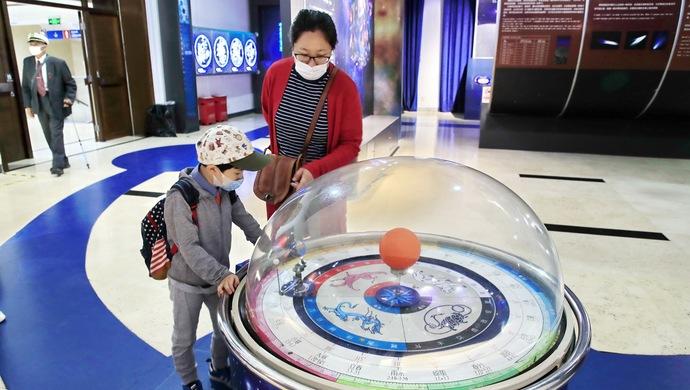 北京文化场馆陆续开放,天文馆今日复开,观众都提前预约而来图片