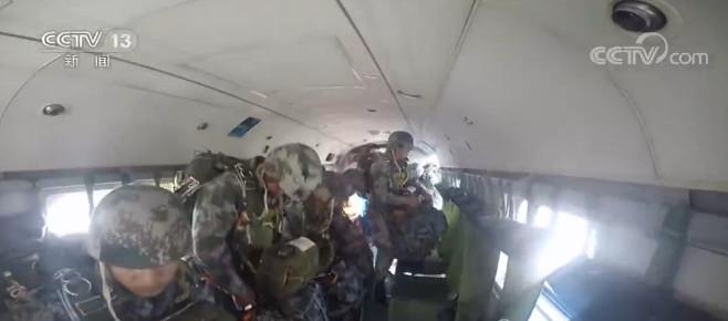 摩天测速:陆军武装伞降锤炼空中摩天测速渗透能力图片