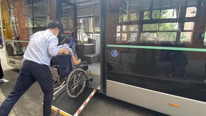 摩鑫开户这位上海公交摩鑫开户司机头一回做特需图片