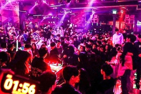 今年2月,首尔梨泰院一家夜店人满为患。(韩媒《每日经济》)