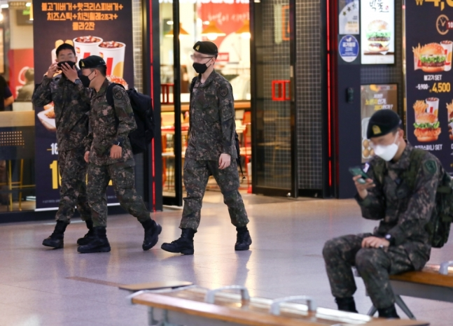 韩国街头戴口罩的军人(sisajournal网站)