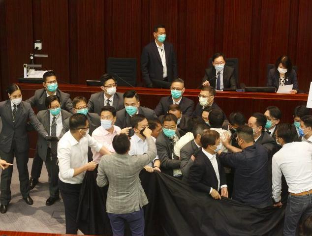 香港反对派议员再度扰乱立法会内务委员会 冲突致议员受伤图片