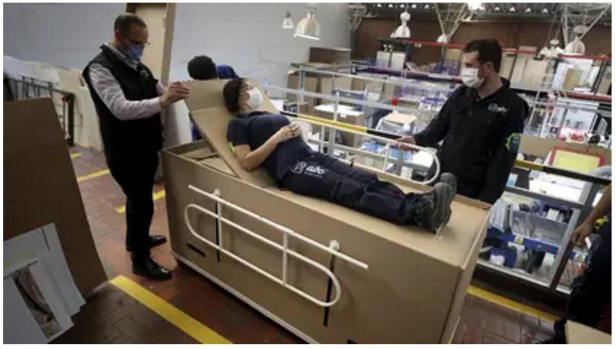 """△哥伦比亚一家公司发明了可以被改装成棺材的""""两用病床"""",遭到舆论猛烈抨击。(图片来源:infobae.com)"""
