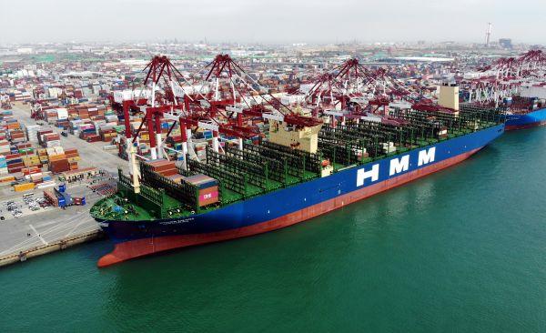 """图说:""""现代商船阿尔赫西拉斯""""轮靠泊在青岛港前湾码头。 新华社记者 李紫恒 摄"""