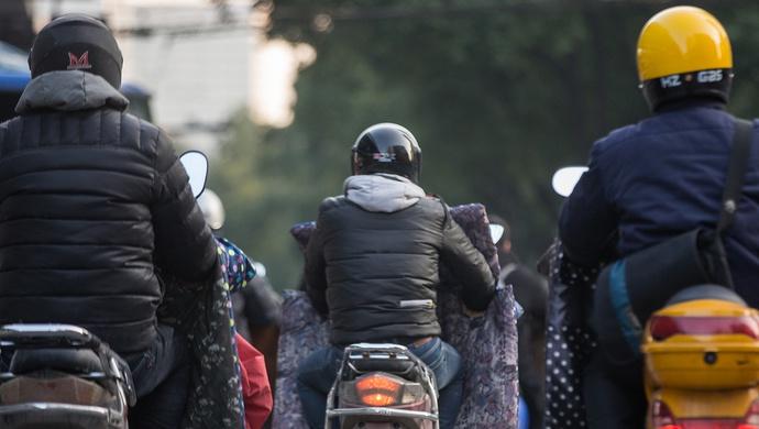 【摩天开户】条通知引发头盔摩天开户抢购潮上海图片