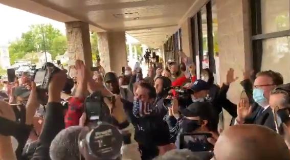警方撤走后,健身房前的人群击掌庆祝,高呼USA