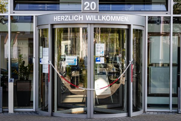 """图说:5月7日,德国柏林,一家被封闭的宝马品牌汽车经销商店。德国汽车工业联合会6日发表声明说,德国汽车出口""""几乎完全停滞""""。 新华社发(张平摄)"""