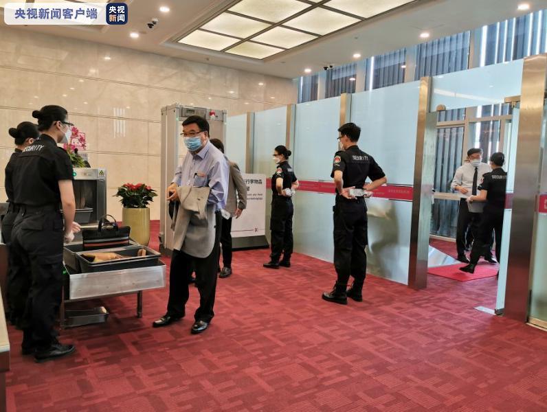香港特区全国人大代表与政协委员今早启程赴京图片