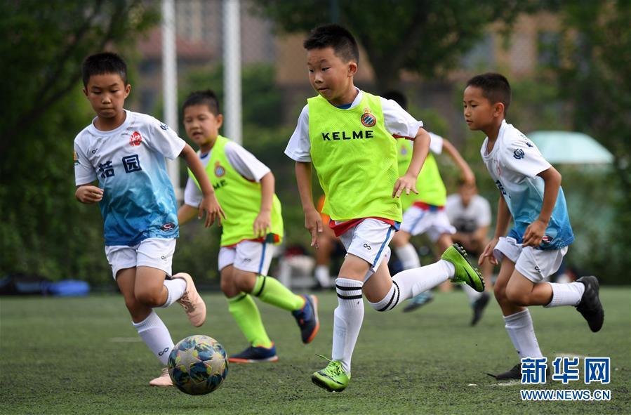 圖爲5月17日,盧澍(左三)在俱樂部訓練比賽中帶球。 新華社記者李尕攝