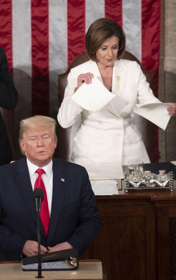 2月4日,在美国首都华盛顿,美国总统特朗普(前)在国会发表国情咨文演讲后,国会众议院议长、民主党人佩洛西(后右)将讲稿副本撕毁。 新华社发