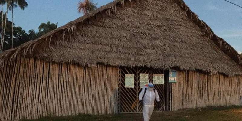 △防疫人员在哥伦比亚原住民聚居区进行消毒