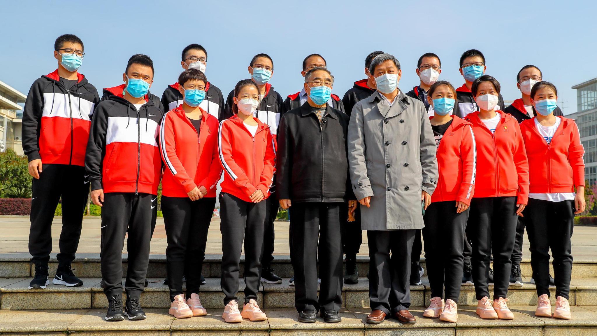△张伯礼(前排左四)与增援湖北医疗队合影(图片泉源:人民视觉)