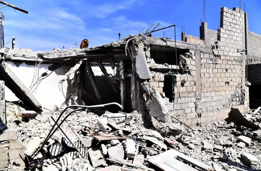 这是4月27日在叙利亚首都大马士革拍摄的一处在导弹袭击中受损的建筑。新华社发(阿马尔摄)
