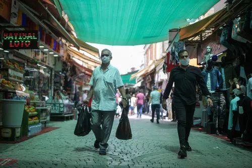 5月20日,在土耳其伊兹密尔,人们戴口罩出行。新华社发(埃姆雷摄)