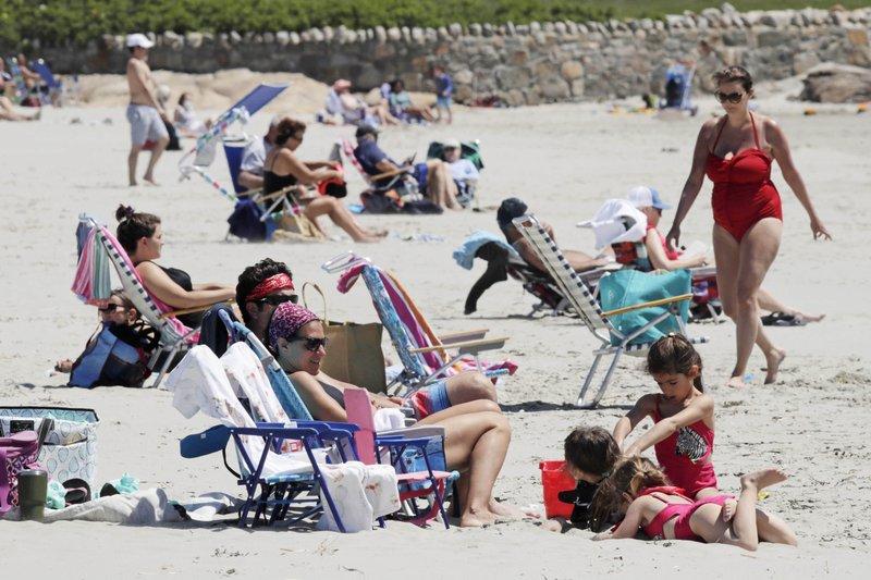 22日,马萨诸塞州一处海滩上享受阳光沙滩的民众。(图源:美联社)