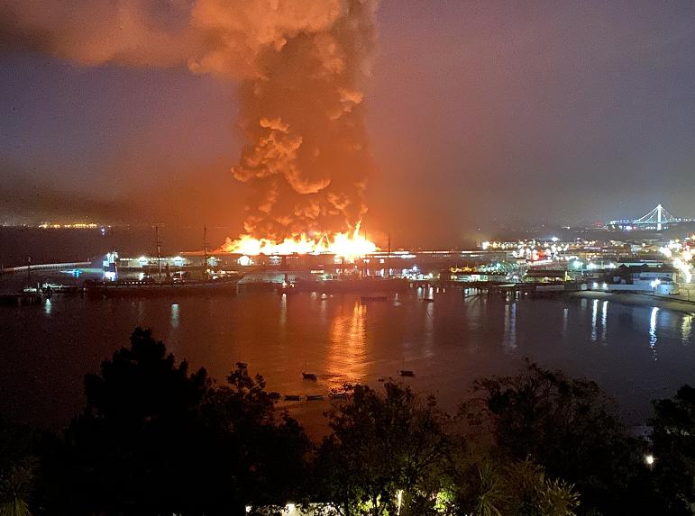《【华宇娱乐网址】美国旧金山码头仓库发生火灾》