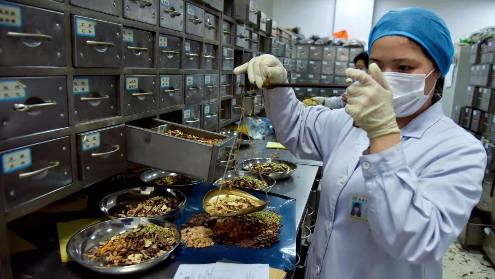 △中药师正在按方配制中药(图片泉源:人民视觉)
