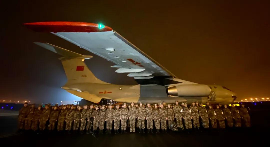 1月24日晚,由陆军军医大学抽调精壮医务职员组建的医疗队在重庆江北国际机场停机坪集结,飞赴武汉增援抗击新冠肺炎疫情。 新华社发
