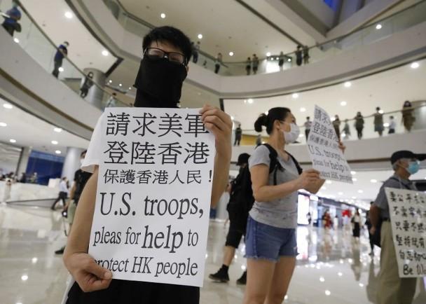 摩天注册:香港有人摩天注册举牌请求美军登图片