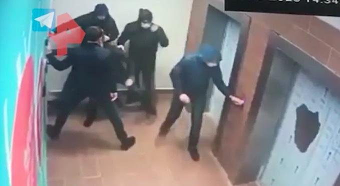 莫斯科枪战追捕视频曝光:1名警察单挑5名嫌犯(图)