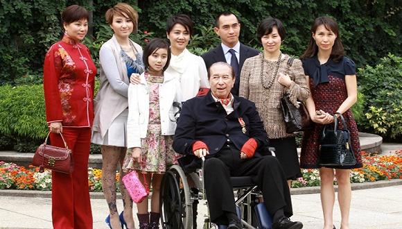 2011年,赌王何鸿燊和家人在一起。