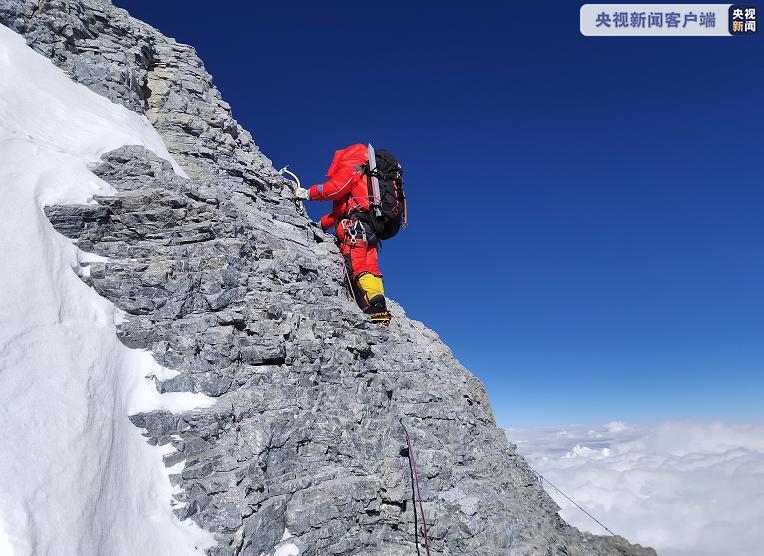 2020珠峰高程测量登山队向海拔8300米的营地进发图片