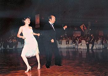 何鸿燊和梁安琪共舞。