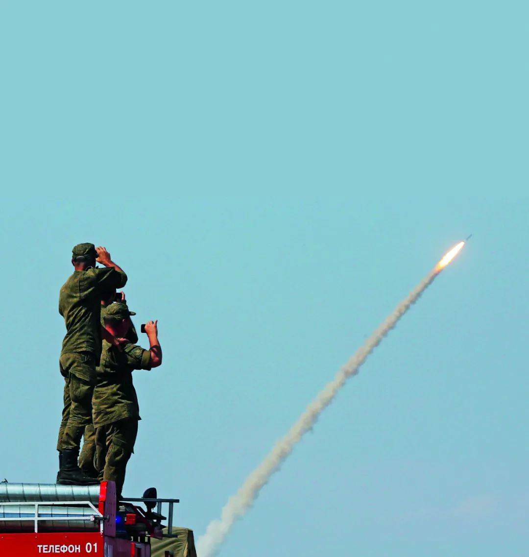 (资料照片)俄罗斯军事人员观看S-300防空导弹系统发射导弹。图/路透