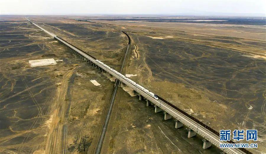 列车行驶在兰新高铁线上。
