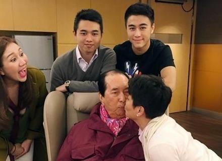 赌王生日,四姨太梁安琪送上香吻。