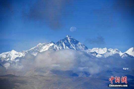 资料图:眺望珠峰。张浪 摄