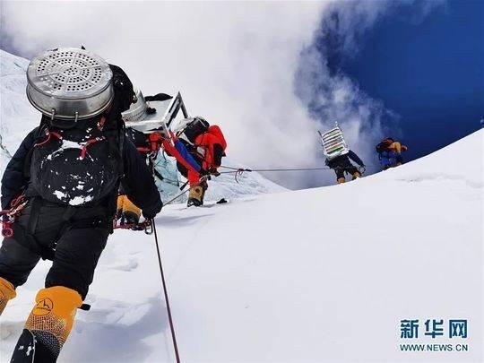 资料图:5月8日,2020珠峰测量登山队的登山向导向海拔7028米的营地运输高山氧气、燃料等物资。新华社特约记者 拉巴 摄
