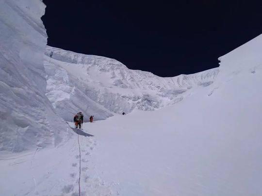 资料图:2020珠峰测量登山队的修路队员固定铺设在北坳冰壁上的路绳。巴桑塔曲 摄 图片来源:中国登山协会